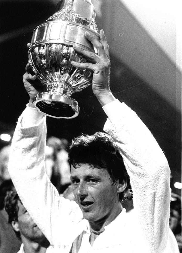 Als aanvoerder verovert Hugo Hovenkamp in 1982 de beker met AZ '67.