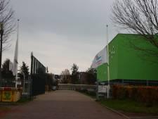 Herdenkingsplek en vlaggen halfstok op Kamper school waar gisteren een 13-jarige jongen overleed