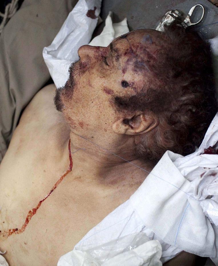 Het lijk van Muammar Kaddafi. © epa Beeld