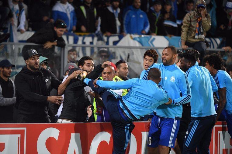 Evra haalde vol uit naar de fan.