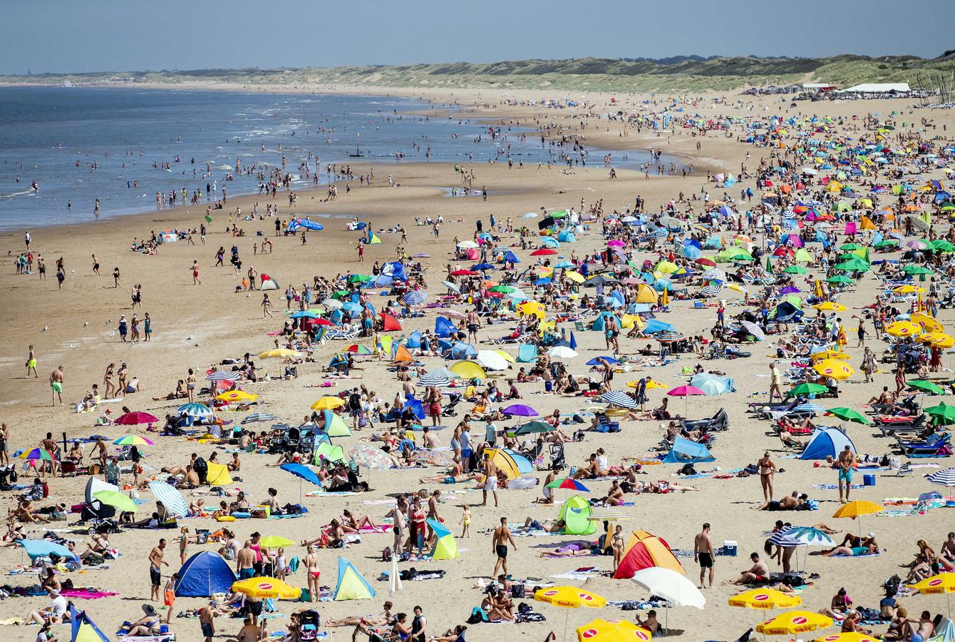 Badgasten op het strand van Scheveningen. Ook vrijdag belooft het weer druk te worden op de Nederlandse stranden.