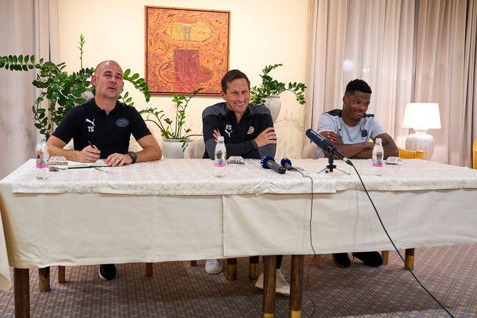 Trainer Roger Schmidt, aanvoerder Denzel Dumfries en manager perszaken Thijs Slegers van PSV.
