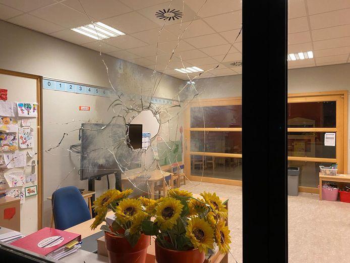 Het gat dat vandalen rond de jaarwisseling in een ruit van basisschool De Achtbaan in Tiel hebben geknald.