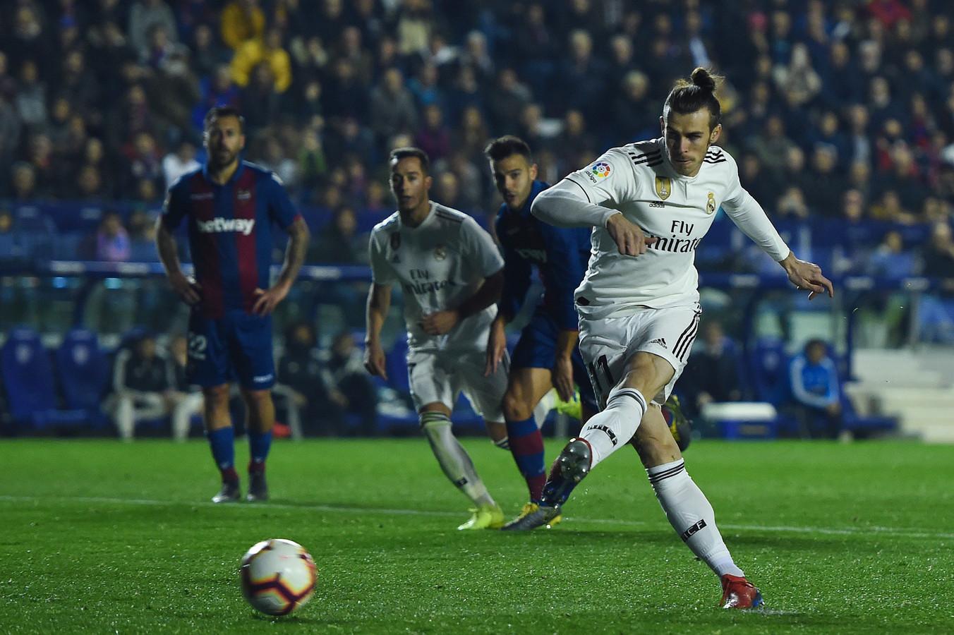 Gareth Bale schiet vanaf de stip de 1-2 binnen.