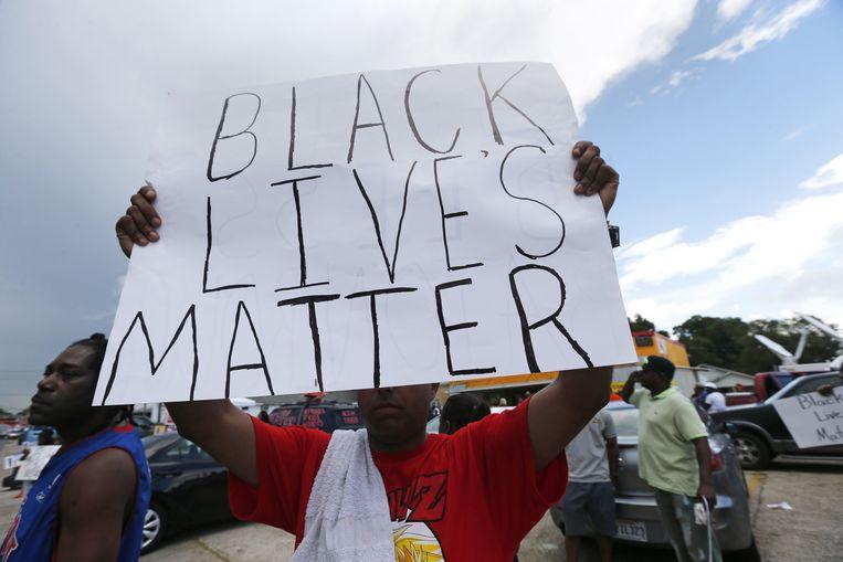 Demonstranten in Baton Rouge afgelopen dinsdag na de dood van Alton Sterling, die van dichtbij werd doodgeschoten door de politie. 'Zwarte levens doen ertoe', staat op het spandoek. Beeld ap