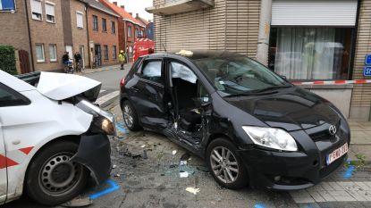 Brandweer moet chauffeur uit wagen bevrijden na zware aanrijding