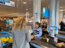 AH-caissières achter plastic tafelzeil: 'Bij kuchende klant is dit in elk geval waterdicht'