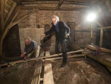 Klus op zolder: mannen brengen het ledlicht in de Oude Mattheüs in Eibergen