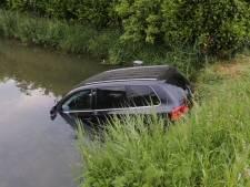 Automobilist ziet kruising over het hoofd en rijdt het water in bij Velddriel