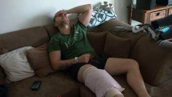Eerste beelden van dartskampioen Dancing Dimi na operatie