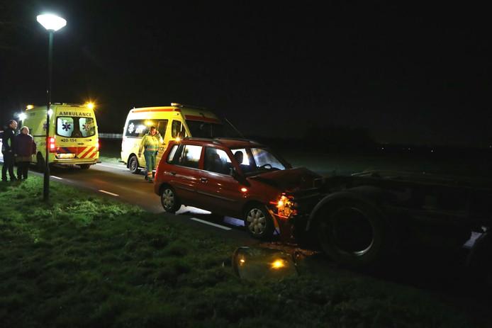 De auto klapte tegen een op de weg geparkeerde aanhangwagen.