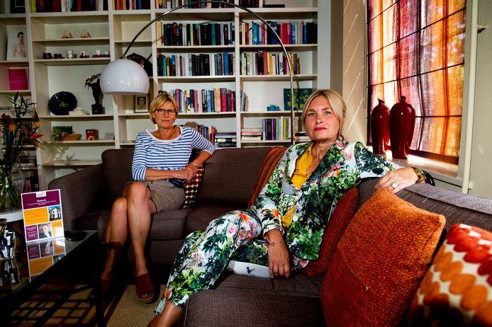 Coördinator Elma van Leeuwen (links) en kindertherapeut Linda Vosbeek in de woonkamer van het  een inloophuis voor (ex)kankerpatiënten aan de Vosselmanstraat in Apeldoorn.