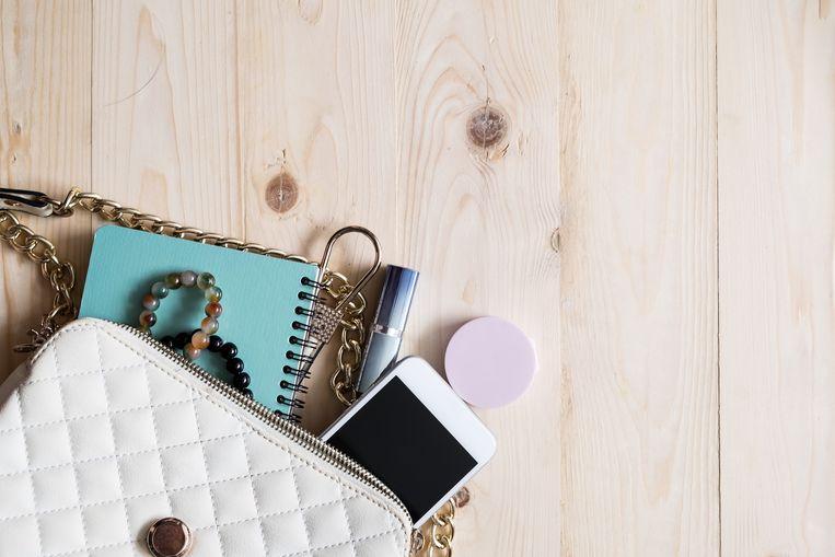 Neem jij ook altijd alles mee in je handtas? Tijd om je handtas op dieet te zetten! Je schouders en rug zullen je dankbaar zijn.