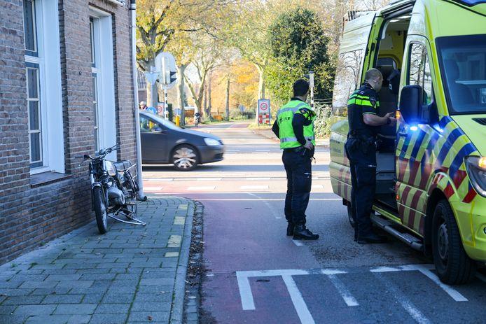 Een brommerrijder is vrijdagmiddag hard ten val gekomen op het kruispunt Arnhemseweg-Dorpsstraat in Beekbergen. De man werd geschept door een auto.