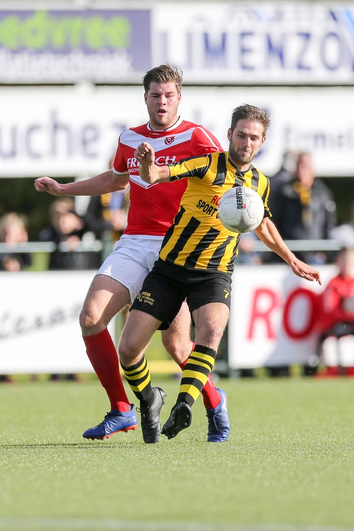 Niels Buijtenhuis (rechts, namens DVS'33 tegen Harkemase Boys) voetbalt komend seizoen toch door, voor Veensche Boys.