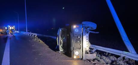 Terreinwagen eindigt op zijkant tegen vangrail op afrit E40