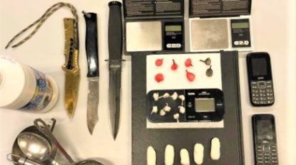 Dealer (51) met crack en wapens op zak verzet zich tegen politie