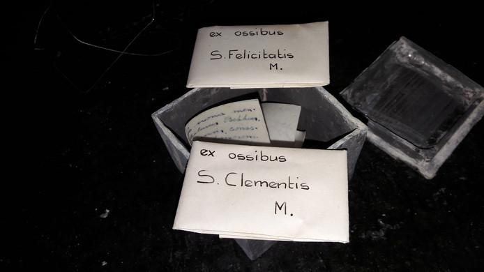 De zegels van de envelopjes met relieken van Clemens en Felicitas heeft pastoor Schilder  niet verbroken. 'Ex ossibus' betekent 'uit gebeenten'.