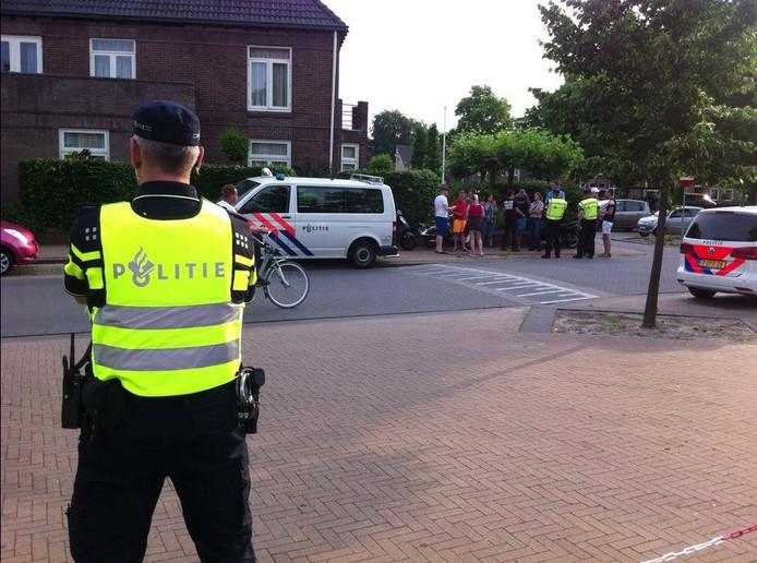 Zo'n 20 anti-asielbetogers op straat, maar nog veel meer volk in de kerk om het tegengeluid te laten horen.