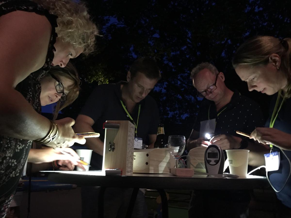 Volop concentratie bij Team 6 tijdens het spel Het Geheim van Suijs tijdens het buurtfeest