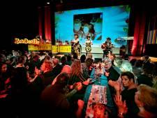 Dansen op de tafels tijdens Quatsja! in Deurne