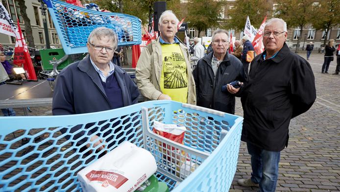 FNV-, CNV-leden en leden van ouderenorganisaties protesteren in 2014 op het Plein, tijdens de behandeling van de nieuwe pensioenregels in de Tweede Kamer.