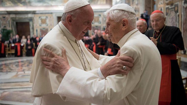 Benedictus groet zijn opvolger, paus Fransiscus, tijdens een bijeenkomst in het Vaticaan. Beeld reuters