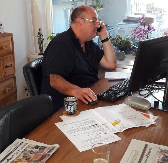 Vormgever Richard Gesell aan de slag op zijn thuiswerkplek.