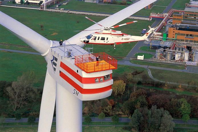 Archieffoto van helikopter bij windmolen.