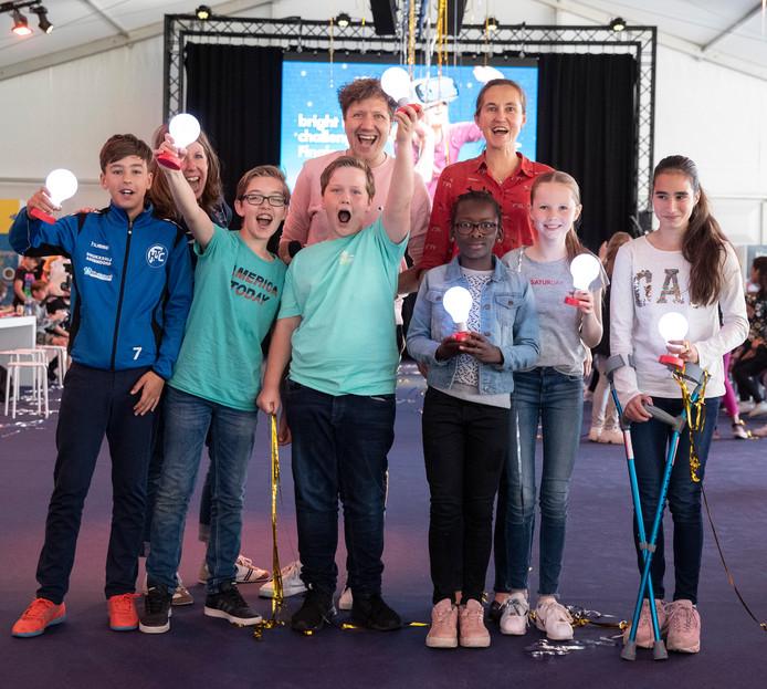 Het winnende team van de Zwolse basisschool De Wilgenburg met in het midden tv-presentator Klaas van Kruistum.