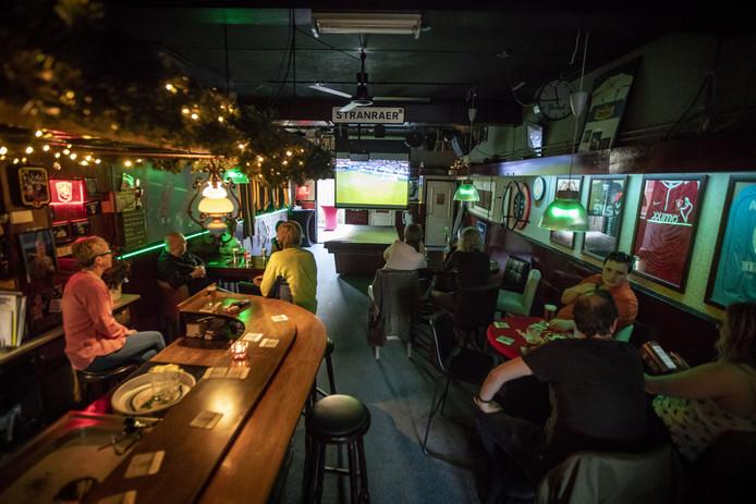 NSCHEDE - Supporters van FC Twente kijken in cafe De Toekomst naar Sparta-Helmond Sport