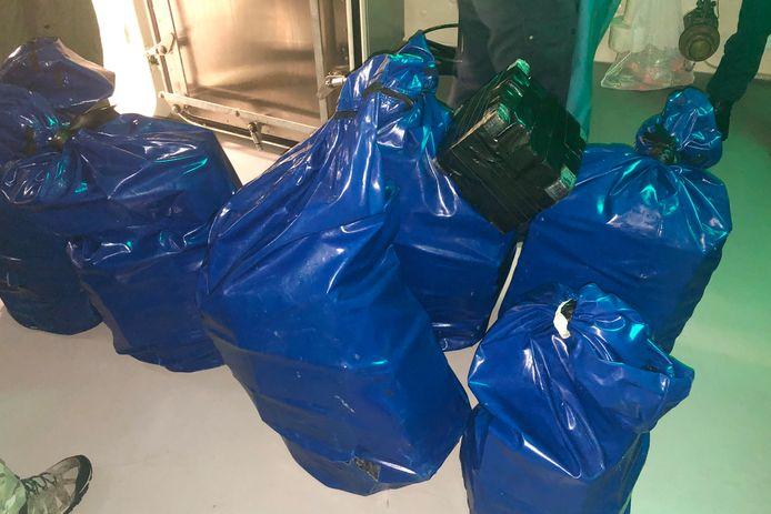 Smokkelaars hadden afgelopen maandag meer dan 1700 kilo cocaïne in hun boot.