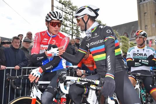 Mathieu van der Poel groet Alejandro Valverde bij de start.