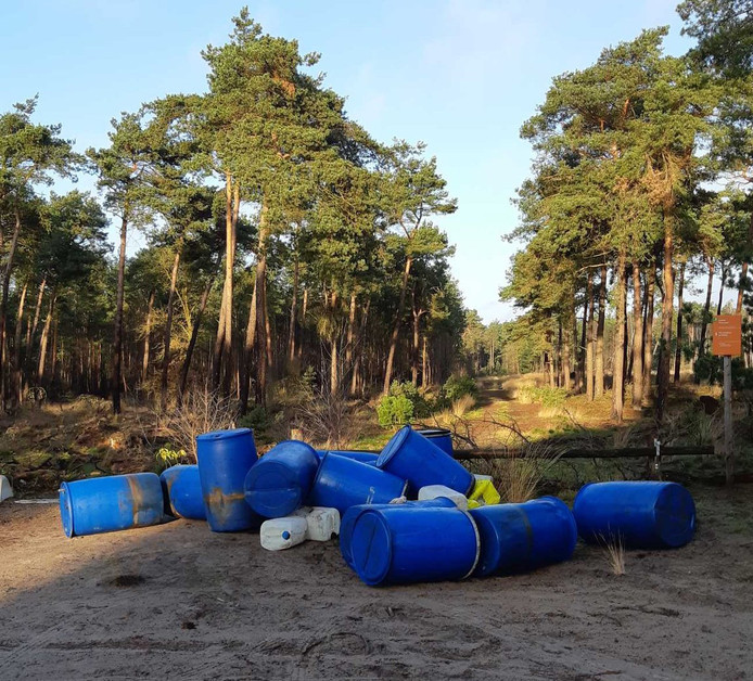 In de bossen bij Maarheeze zijn een tiental lege vaten en jerrycans aangetroffen.