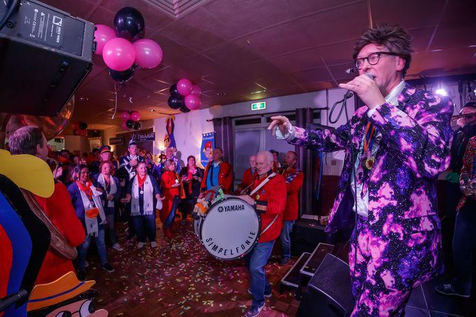 Etten-Leur - 16-11-2019 - Foto: Pix4Profs/Marcel Otterspeer - Met Leo en Theo op het podium bleek het keigezellig op de Ziengaovut.