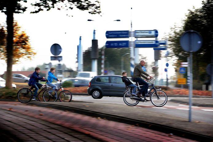 De rotonde bij het Eike's hof levert iedere dag weer gevaarlijke verkeerssituaties op.