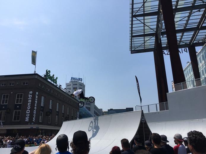 Free Running en BMXen in de halfpipe op de Piazza in Eindhoven