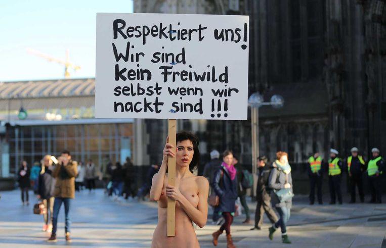 Een Zwitserse vrouw betoogde vorige week tegen aanranders en verkrachters door naakt op het plein voor het centraal station van Keulen te staan. Beeld afp