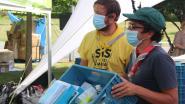Provincie en Ambrassade delen hygiënepakketten uit voor zorgeloze kampen