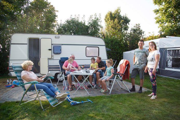 De familie De Lijster is aan het nazomeren op de boerderijcamping van Bart en Marieke Ketelaars (rechts) in Hilvarenbeek.