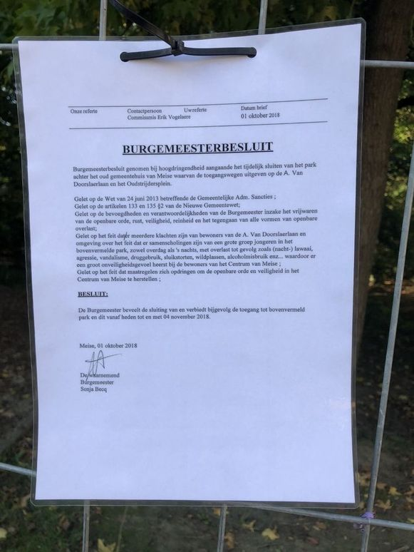 De mededeling die de gemeente uithing aan de hekken van het park.