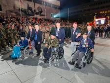 Klaterend applaus voor veteranen bij fakkeldefilé in Eindhoven