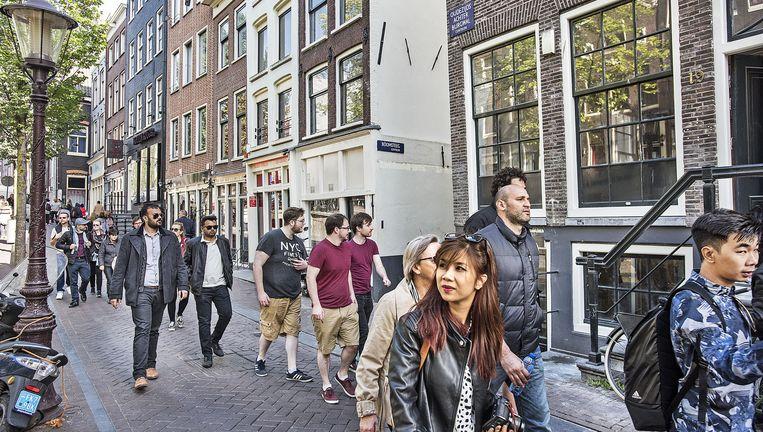 De twee prostitutiepanden op de hoek Oudezijds Acherburwal/Boomsteeg in Amsterdam zijn aangekocht door Start Foundation. Beeld Guus Dubbelman