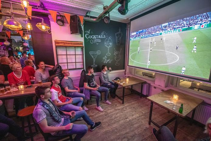 Tientallen voetballiefhebbers kijken Tottenham Hotspur-Ajax op groot scherm elders in het land.