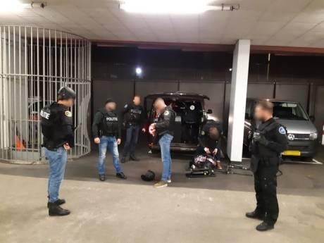 Man van 3,8 miljoen verstopt zich onder matrassen voor de politie