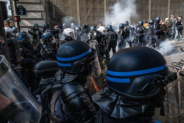 Meer dan 100 demonstranten zijn aangehouden tijdens Gele Hesjes protesten in de Franse hoofdstad.  Beeld Joris Van Gennip
