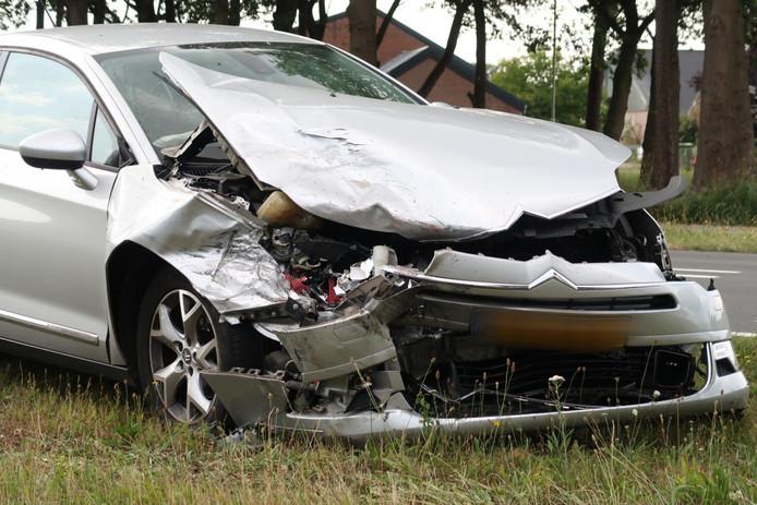 Twee auto's botsen op de Rijsbergseweg in Breda