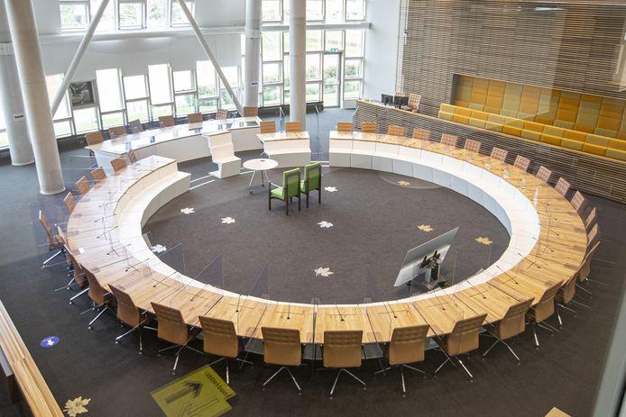 In de raadszaal van het gemeentehuis van Hardenberg zijn maandag spatschermen geplaatst tussen de zitplaatsen van de raadsleden. Ook de burgemeester, wethouders en griffier worden gescheiden en beschermd door spatschermen.