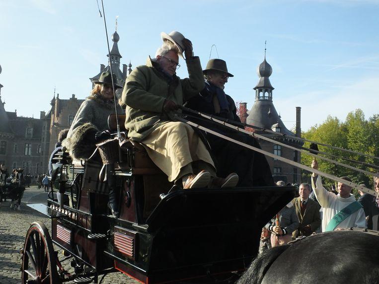 Willy Naessens groet de menigte aan kasteel Ooidonk.