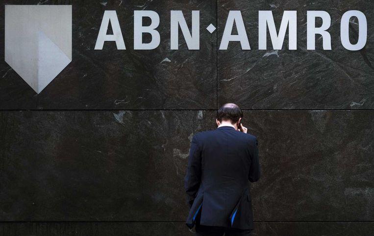 Een man voor een gebouw van ABN AMRO, oktober 2014. Beeld anp